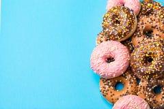 Kleurrijke ronde donuts op blauwe achtergrond royalty-vrije stock foto