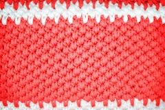Kleurrijke rood en het wit haakt gebreide patronentextuur voor achtergrond royalty-vrije stock afbeelding