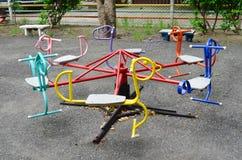 Kleurrijke rotonde voor kinderen bij openbare speelplaats stock fotografie