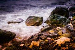 Kleurrijke rotsachtige kust Royalty-vrije Stock Foto