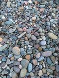 Kleurrijke rotsen op het strand Stock Foto