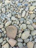 Kleurrijke rotsen op het strand Stock Afbeeldingen