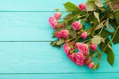 Kleurrijke rozen op blauwe houten achtergrond Stock Foto's