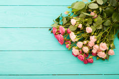 Kleurrijke rozen op blauwe houten achtergrond Stock Afbeeldingen