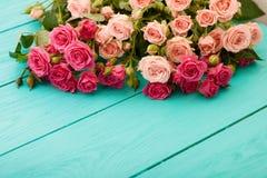 Kleurrijke rozen op blauwe houten achtergrond Stock Fotografie