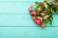 Kleurrijke rozen op blauwe houten achtergrond Royalty-vrije Stock Foto's