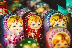 Kleurrijke Russische het Nestelen Doll Matreshka Matrioshka bij Markt Stock Fotografie