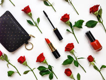 Kleurrijke samenstelling met rode heldere rozen en vrouwentoebehoren Vlak leg op witte lijst, hoogste mening stock fotografie