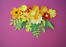Kleurrijke samenstelling van met de hand gemaakt document op een houten achtergrond Papercraftbloem stock afbeelding