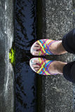 Kleurrijke sandalstribune op de watermanier Royalty-vrije Stock Afbeelding