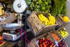 Kleurrijke sappige vruchten en groenten in traditionele bazaar, straatmarkt royalty-vrije stock fotografie