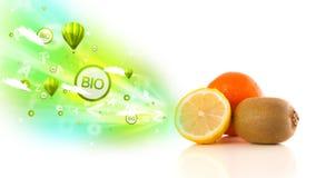 Kleurrijke sappige vruchten met groene ecotekens en pictogrammen Stock Foto