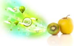 Kleurrijke sappige vruchten met groene ecotekens en pictogrammen Stock Afbeeldingen
