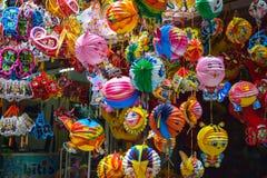 Kleurrijke scène, vriendschappelijke verkoper op Hang Ma-lantaarnstraat, lantaarn bij openluchtmarkt, traditionele cultuur op de  royalty-vrije stock afbeelding