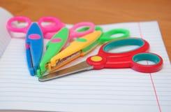 Kleurrijke schaar op een notitieboekje Stock Afbeeldingen
