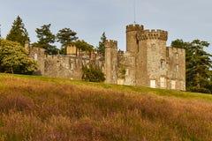 Kleurrijke schemeringmening van Balloch-Kasteel en het Park van het Land dichtbij Loch Lomond in Schotland, het Verenigd Koninkri royalty-vrije stock afbeeldingen