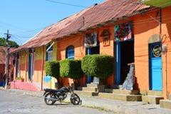 Kleurrijke schilderachtige stad van Flores Guatemala stock foto