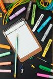 Kleurrijke school en bureaukantoorbehoeftenachtergrond Royalty-vrije Stock Afbeeldingen
