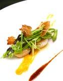 Kleurrijke schotel van zeevruchten, asperge, erwten en ham Royalty-vrije Stock Fotografie