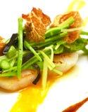 Kleurrijke schotel van zeevruchten, asperge, erwten en Iberische ham Stock Fotografie