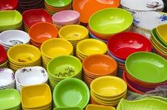 Kleurrijke schotels in de marktbazaar van Azië, New Delhi Stock Foto's