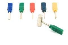 Kleurrijke schroevedraaier met hamer Stock Foto's