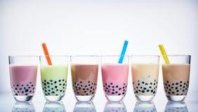 Kleurrijke selectie van fruit op smaak gebrachte bellenthee stock foto's