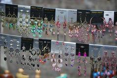 Kleurrijke shinny oorringen bij de markt van Nothinghill ` s stock foto