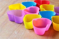 Kleurrijke siliciumvormen voor muffins op de houten achtergrond Royalty-vrije Stock Afbeelding