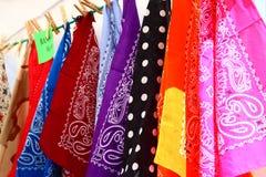 Kleurrijke Sjaals bij een Markt Stock Fotografie