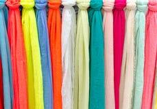 Kleurrijke sjaals bij een markt in Italië Kleuren van textiel Royalty-vrije Stock Afbeelding