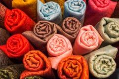 Kleurrijke sjaals in een opslag bij Grote Bazaar in Istanboel royalty-vrije stock foto