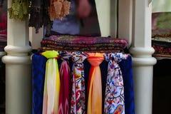 Kleurrijke sjaals voor meisjes, showcase stock afbeelding
