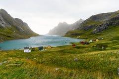 Kleurrijke Skandinavische huizen bij een mooie die baai door bergen en een klein dorp dichtbij Bunes-Strand wordt omringd en Vins royalty-vrije stock fotografie