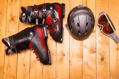 Kleurrijke skiglazen, handschoenen en helm Stock Afbeelding