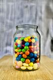Kleurrijke snoepjes in kruik Stock Foto