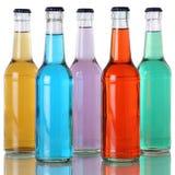 Kleurrijke soda en frisdranken in flessen met bezinning Stock Foto's