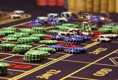 Kleurrijke spaanders op de lijst in casino Royalty-vrije Stock Foto