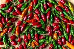 Kleurrijke Spaanse peperspeper op houten lijst Hoge Dichte Omhooggaand van het Hoekweergeven royalty-vrije stock foto
