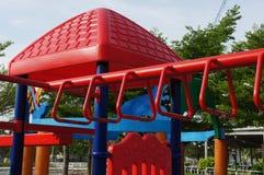 Kleurrijke speelplaats en rekstokken in het park Recreatieactiviteit stock fotografie