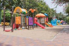 Kleurrijke Speelplaats in het park Stock Afbeeldingen