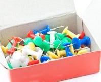 Kleurrijke Spelden in een doos. Royalty-vrije Stock Foto's