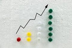 Kleurrijke spelden op polystyreen bedrijfs de groeigrafiek stock afbeelding