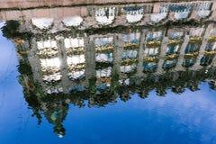 Kleurrijke spiegelbezinning van een huis in St. Petersburg Rimpelingen op de rivier royalty-vrije stock afbeelding