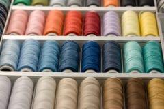 Kleurrijke spoelen van draad Stock Afbeelding