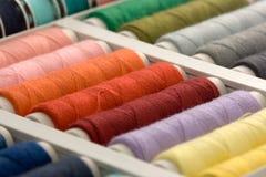 Kleurrijke spoelen van draad Stock Afbeeldingen