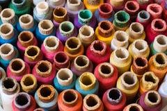 Kleurrijke spoelen van dradenachtergrond - een reeks van stock afbeeldingen