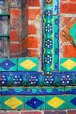 Kleurrijke staarten Oude kerkvoorgevel in Yaroslavl, Rusland stock afbeelding