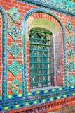 Kleurrijke staarten Oude kerkvoorgevel in Yaroslavl, Rusland stock foto's