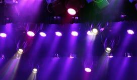 Kleurrijke stadiumlichten, gordijnen en rook Stock Foto